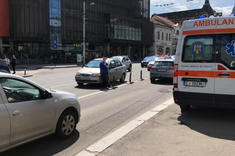 La un pas de tragedie în centrul Clujului! Un pieton care traversa neregulamentar a fost acroșat de mașină FOTO