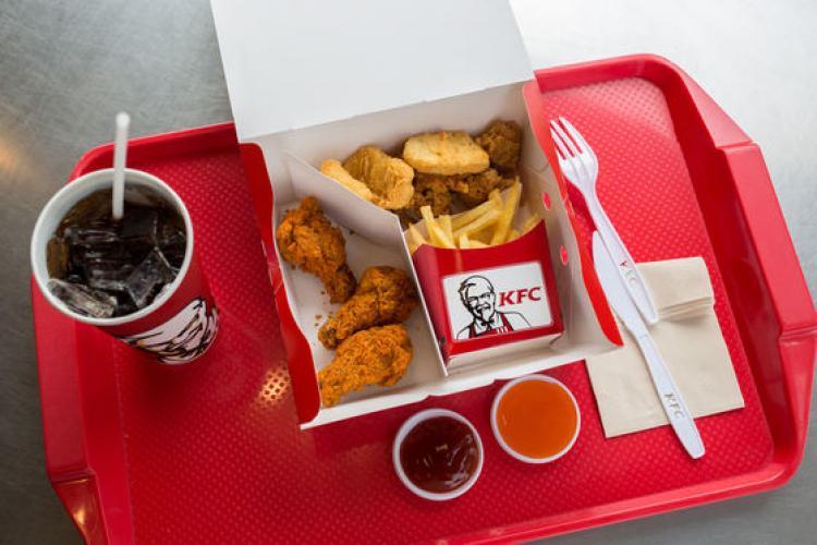"""Un student a mâncat gratis la KFC, timp de un an. A devenit o """"legendă"""""""