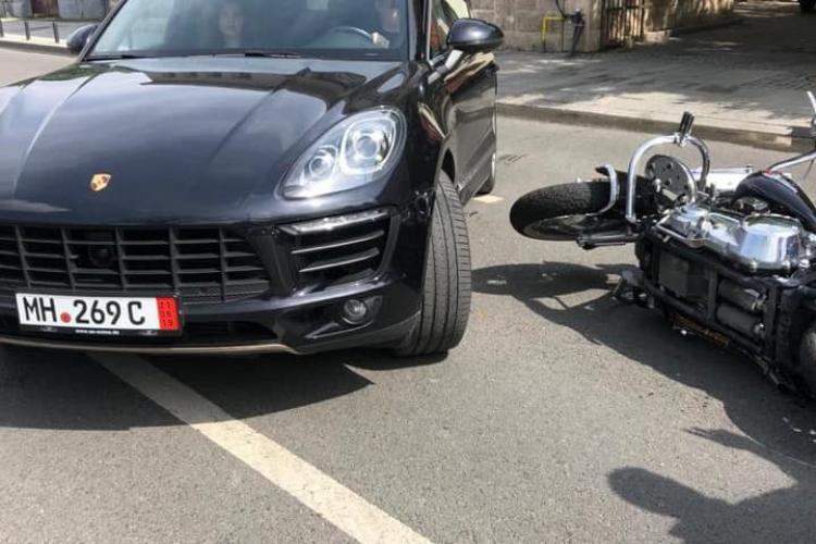 Accident pe strada Avram Iancu. I-a tăiat calea unui motociclist, dar a scăpat fără probleme - FOTO