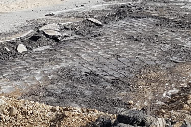 Primăria Cluj-Napoca a decopertat o stradă, iar dedesubt e drumul de piatră cubică vechi de zeci de ani intact - FOTO