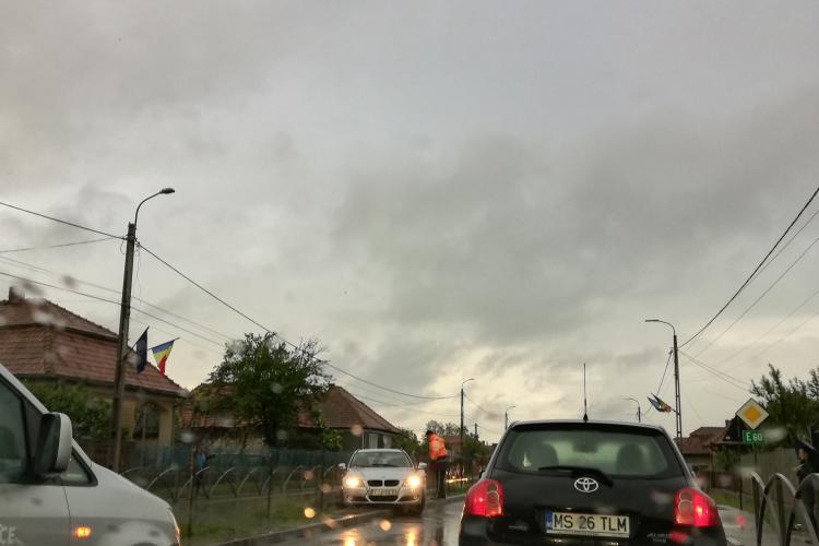 Accident la Tureni! Doi șoferi au lovit bordurile de pe mijlocul drumului - VIDEO