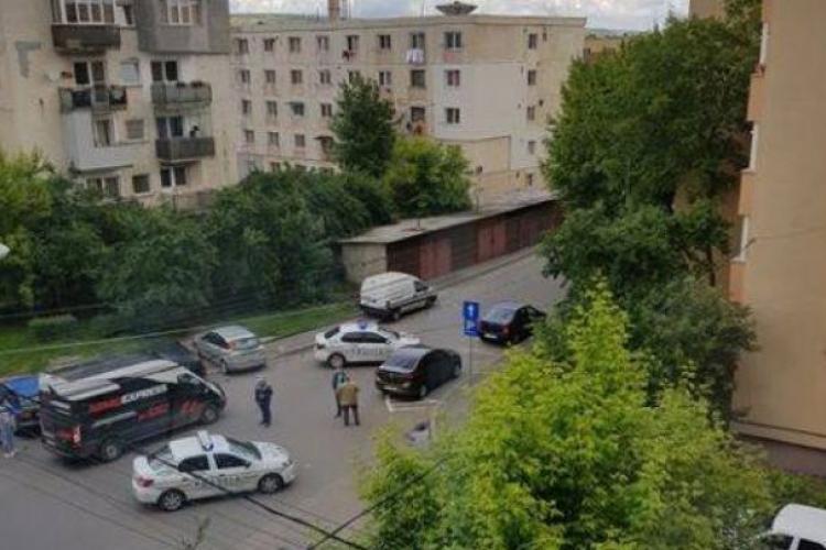 Geamantan suspect pe strada Cojocnei din Cluj-Napoca, lângă o mașină. S-a temut să nu fie aruncat în aer?