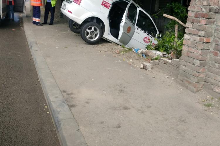 Un taxi a gresit curba pe strada Oașului - FOTO