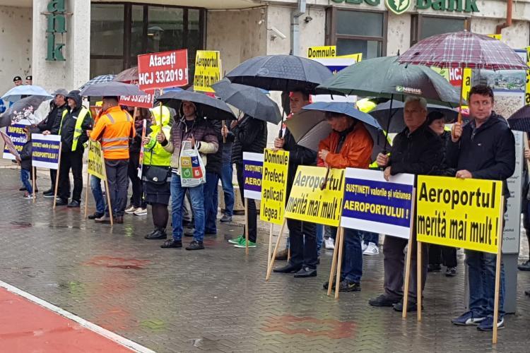 Sindicaliștii de la Aeroportul Cluj protestează în fața Prefecturii Cluj - FOTO