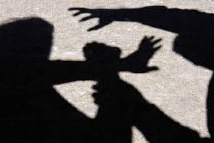 Tâlhărie în plină zi, la Gara Mică din Cluj! Trei huligani au agresat un bărbat și i-au furat telefonul