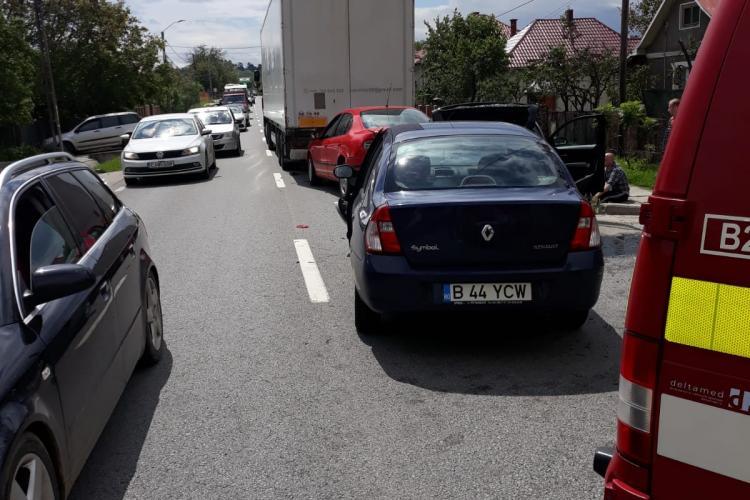 Accident cu trei mașini și un TIR, pe un drum din Cluj. O persoană a fost rănită FOTO