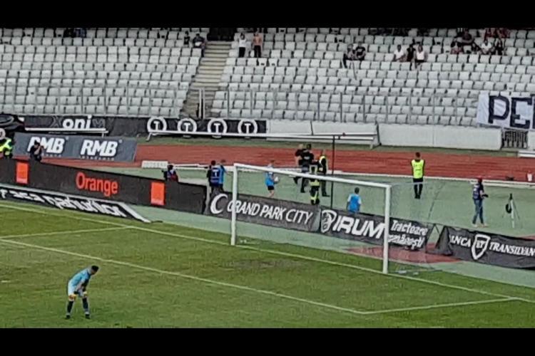 Bataie la meciul lui U Cluj. Un suporter a intrat pe teren la meciul U Cluj - Hermannstadt - VIDEO