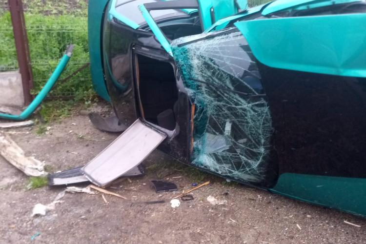 CLUJ: Un șofer a scăpat ca prin minune după ce și-a făcut BMW-ul praf într-un accident FOTO