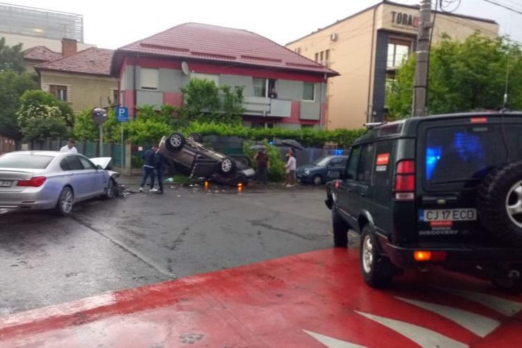 Accident pe Calea Turzii! Autoturism proiectat într-un gard de un BMW nervos - VIDEO