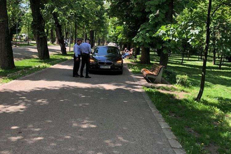 Cluj-Napoca: Boss -ul și-a lăsat mașina pe avarii în Parcul Central - FOTO