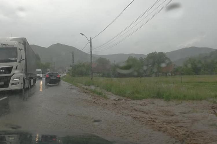 Atenție, șoferi! Inundații la Negreni, spre Oradea FOTO