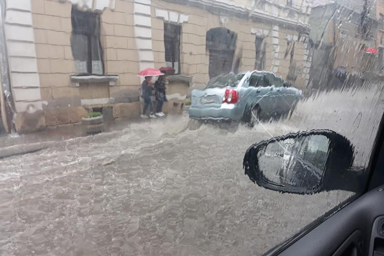 Strada Clinicilor sub apă! Furtuna a făcut ravagii la Cluj - VIDEO