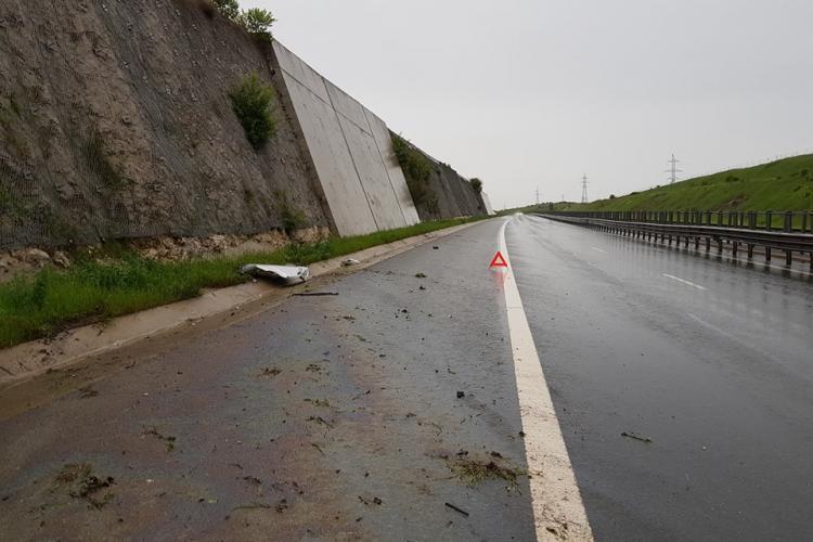 Ploaia le dă bătăi de cap clujenilor. Un șofer și-a făcut Mercedesul PRAF pe A3 FOTO