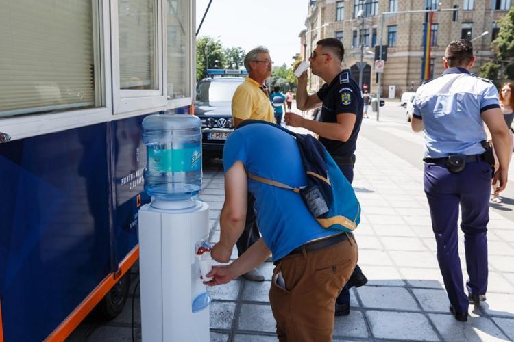 Apă distribuită gratuit la Cluj în perioada de caniculă. Unde se pot adăposti clujenii de căldură