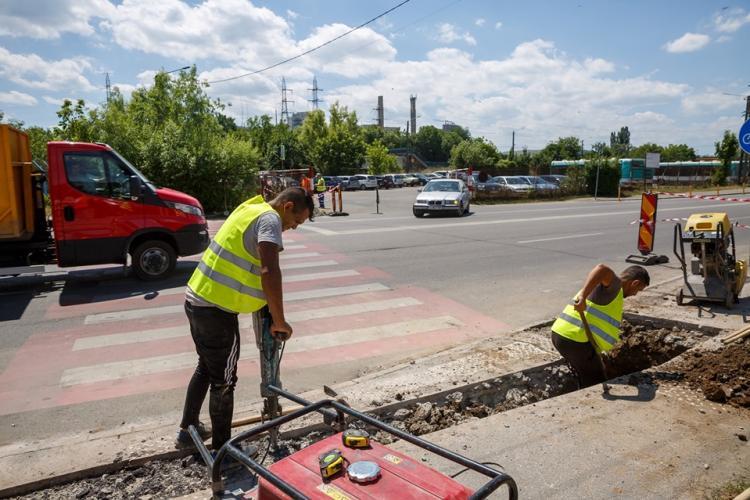 Primăria Cluj-Napoca anunță că au început lucrările pentru supra-iluminarea a 40 de treceri de pietoni nesemaforizate din oraș