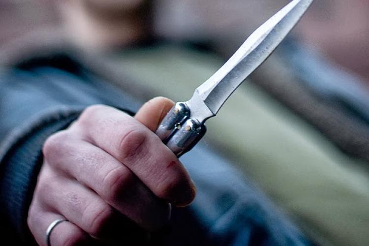 Scandal în plină zi, în Piața Mihai Viteazu. O persoană a fost tăiată cu un cuțit