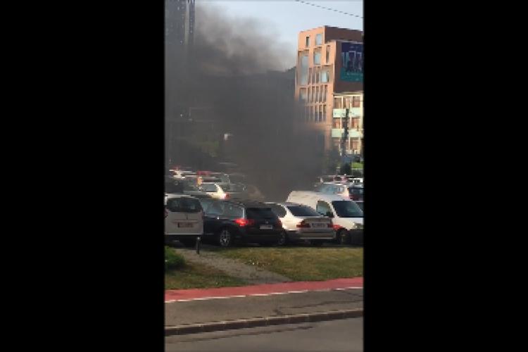 O mașină a luat foc în parcarea din Piața Cipariu, sub privirile neputincioase ale șoferilor - VIDEO