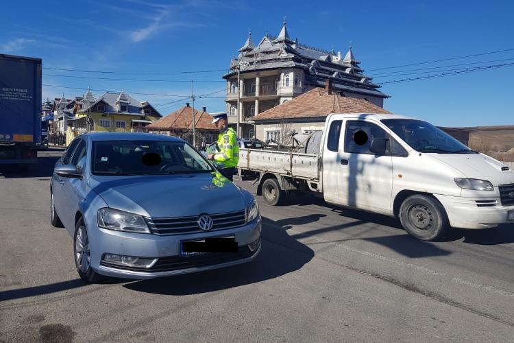 Sute de persoane și autoturisme controlate de polițiști la Huedin. Câte amenzi au fost aplicate FOTO