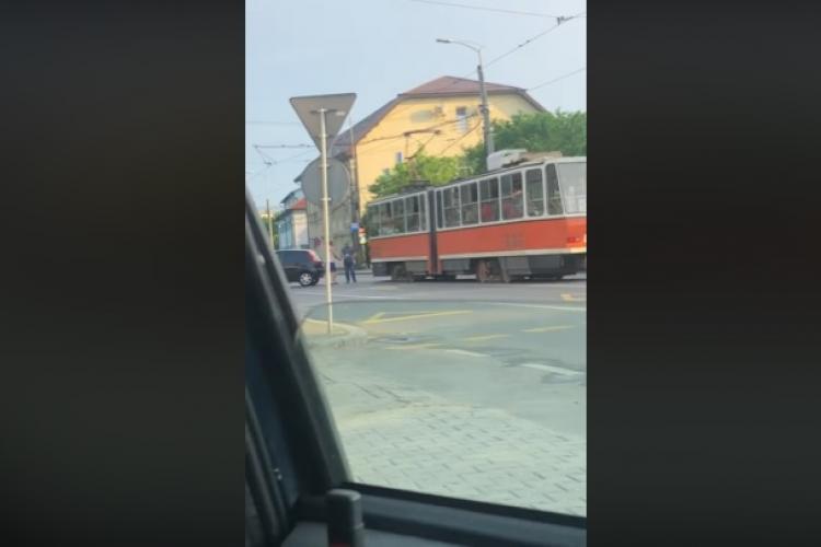 Nervi întinși la maxim în traficul clujean. Un șofer și un vatman au sărit la bătaie FOTO