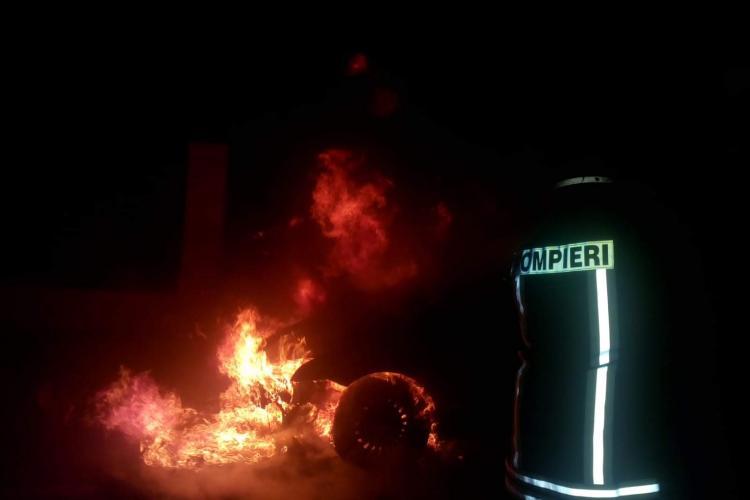 Incendiul la o mașină pe strada Republicii - FOTO