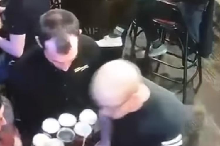 Cel mai ghinionist chelner! Ți se face milă de bietul om - VIDEO