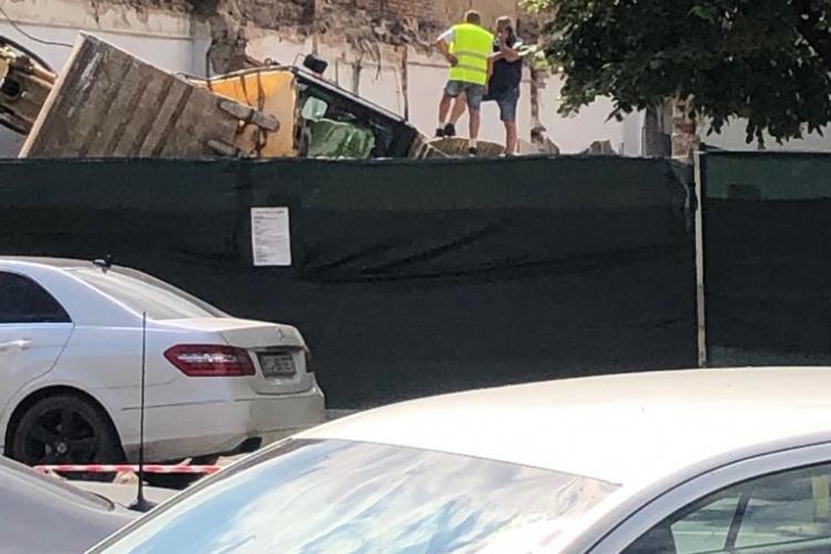 Excavator răsturnat pe șantier, pe Calea Dorobanților FOTO