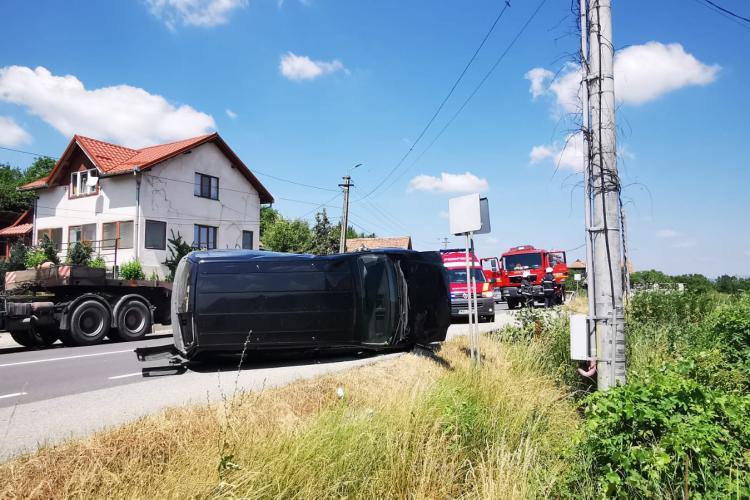 Accident cu o victimă pe un drum din Cluj. Un șofer s-a răsturnat cu mașina FOTO