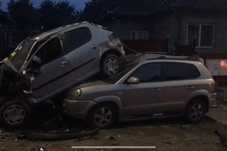 CLUJ: Accident incredibil cauzat de un adolescent de 17 ani, beat la volan și fără permis. S-a urcat pe altă mașină VIDEO