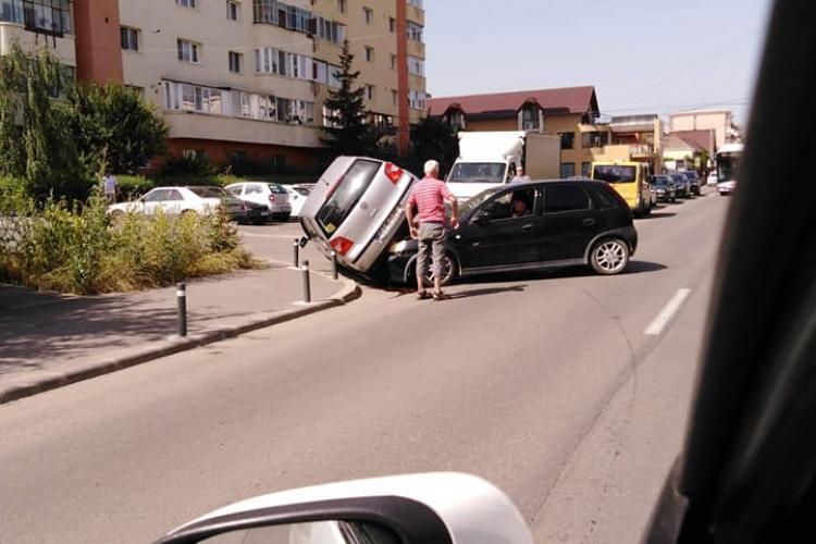 Cascadorie pe strada Dunării! A luat pe sus un autoturism - FOTO
