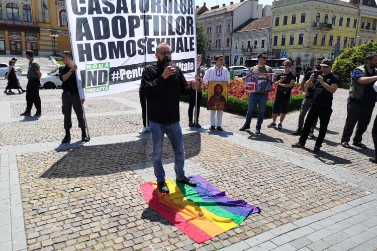 Aproximativ 100 de persoane participă la mitingul pentru familia tradițională la Cluj. Au călcat în picioare steagul curcubeu FOTO/VIDEO
