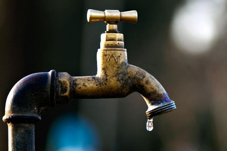 Oamenii din Cojocna se plâng că rămân frecvent fără apă. Ce răspuns oferă Compania de Apă
