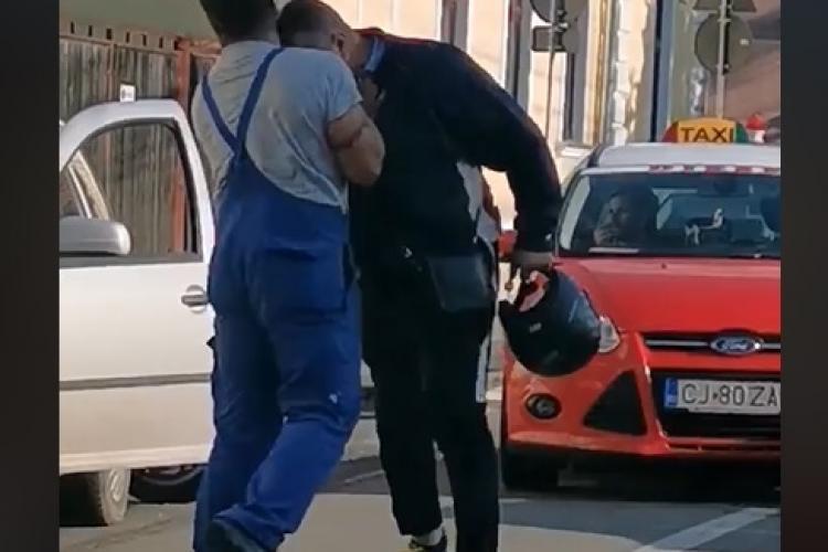 Bătaie în Cluj-Napoca, pe strada Constanța, între un șofer și un scuterist: Parcă sunt doi ȚAPI - VIDEO