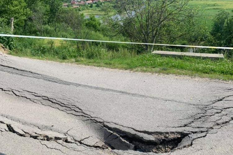 Primarul din comuna Mica bate obrazul Consiliului Județean pentru drumul surpat: E un real pericol - FOTO