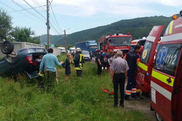 Accident cu patru victime la Negreni. O șoferiță a intrat cu mașina într-un cap de pod FOTO