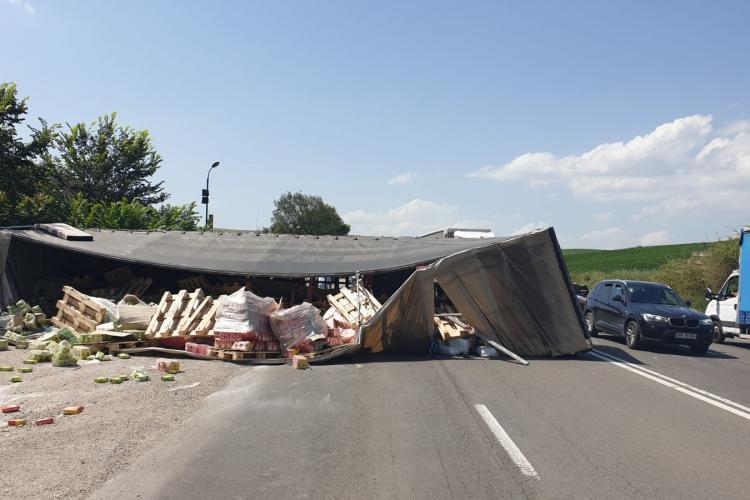 Accident cu două victime, cauzat de un șofer neatent! Un TIR s-a răsturnat pe mijlocul drumului FOTO/VIDEO