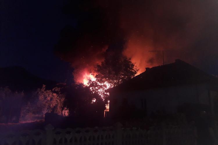 Incendiu puternic în Cășeiu. Imagini spectaculoase - VIDEO