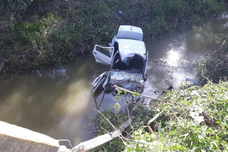 Accident GRAV la Gherla. Au plonjat într-un pârâu și au fost salvați de niște EROI. Șoferul e recidivist - FOTO