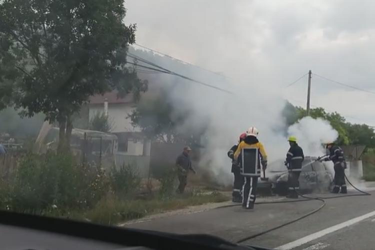 UPDATE Autoturism făcut SCRUM într-o localitate clujeană. Mașina a luat foc în mers FOTO