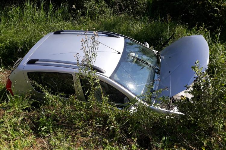 Mașină răsturnată pe un drum din Cluj. O persoana a rămas blocată FOTO