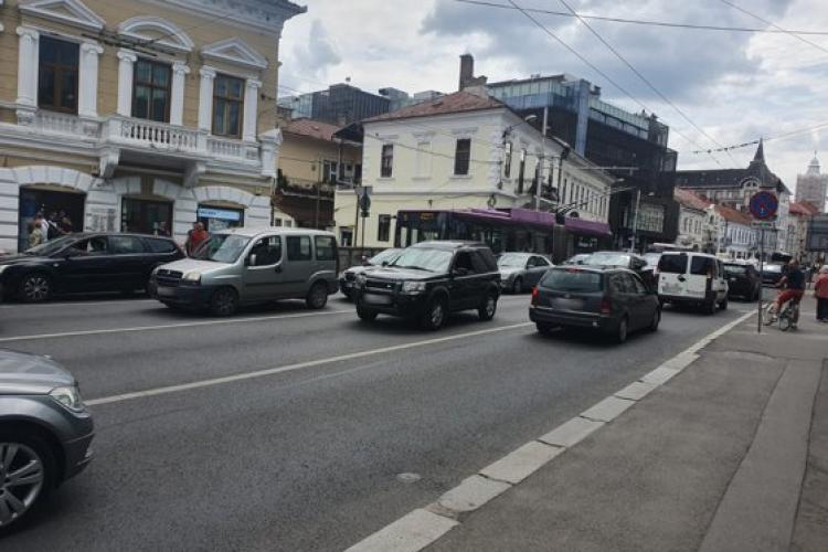 Șofer încătușat în trafic, în centrul Clujului. A călcat un polițist cu mașina pe picior