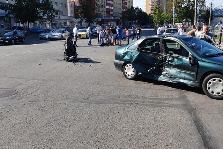 Imaginile cu accidentul de pe Fabricii, date drept exemplu pentru șoferii neatenți. Motociclistul a zburat 10 metri în aer VIDEO