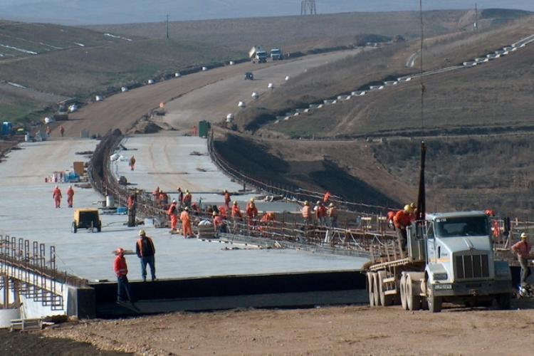 La Direcția de Drumuri și Poduri Cluj au fost angajați profesori de sport pe PILE să facă autostrăzi