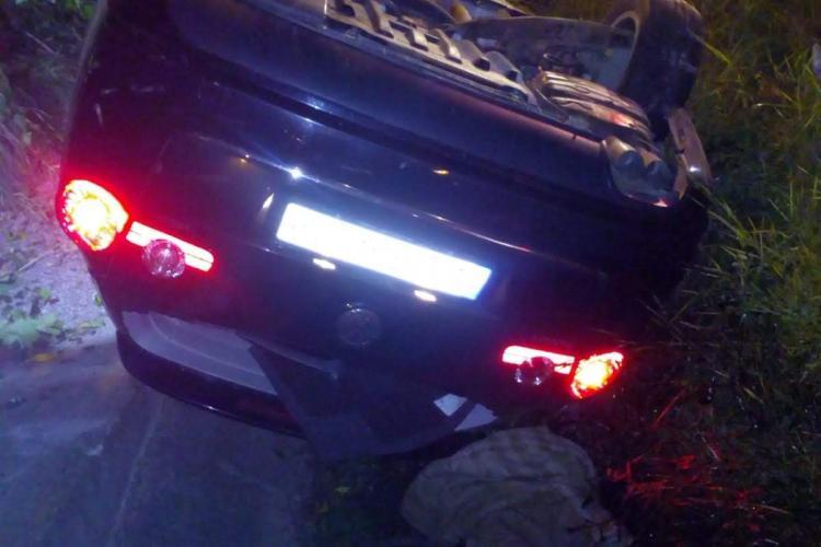 Accident la ieșire din Dej. Un șofer s-a răsturnat cu mașina în șanț FOTO