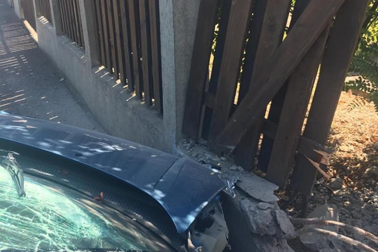 Accident pe Traian Vuia. A rupt gardul unei case. Se caută martori sau VIDEO - FOTO