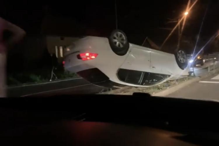 Accident intre două mașini la Tureni. Un autoturism s-a răsturnat FOTO