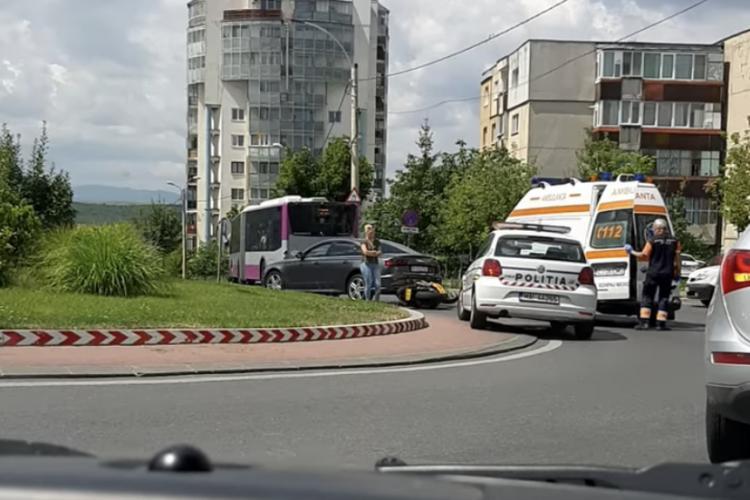 Accident în sensul giratoriu, în Zorilor. Un motociclist a fost rănit FOTO