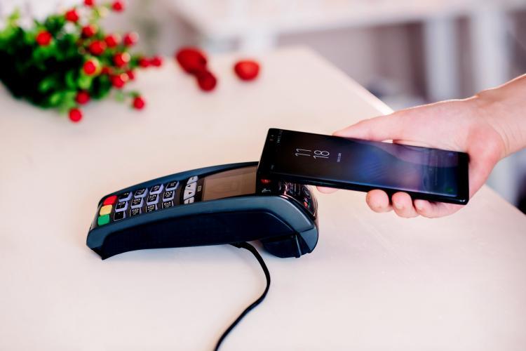 Clienții Băncii Transilvania preferă plățile contactless cu cardul, telefonul şi cu accesoriile BT Pay
