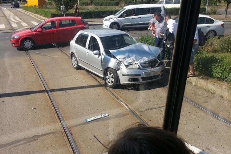 Autoturism lovit de tramvai la Podul Calvaria - FOTO