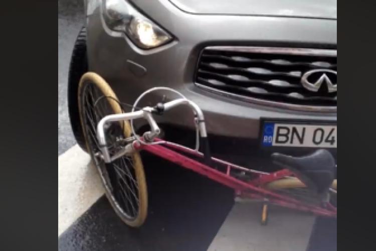 """VIDEO: S-a urcat cu """"tancul"""" peste o bicicletă în centrul Clujului"""