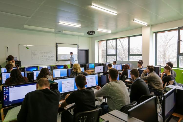 Elevii clujeni care au luat 10 la BAC și la Evaluarea Națională, premiați cu bani de Primăria Cluj. Ce sume li se acordă